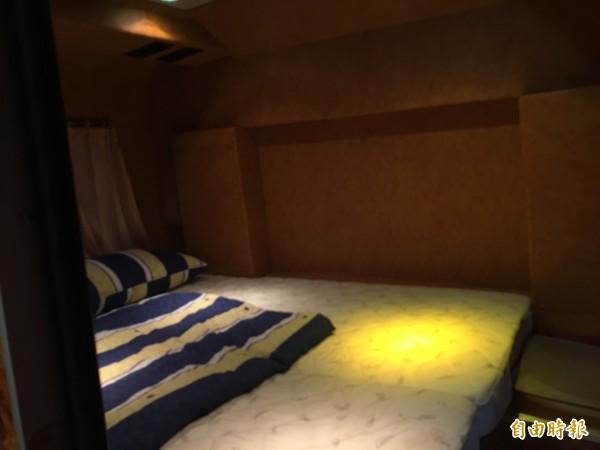 北市消防局救災指揮車內有簡單的指揮官休息室,裡面還有床。(記者姚岳宏攝)