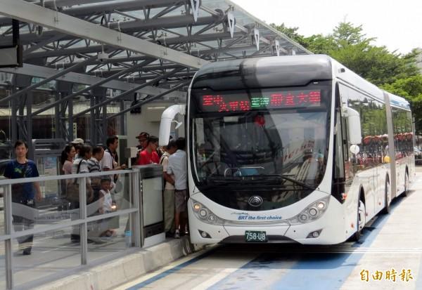 台中市長林佳龍今天在市政會議中對外宣布,將釋放BRT路權與公車同行,轉為「優質化公車專用道」。(資料照,記者張菁雅攝)