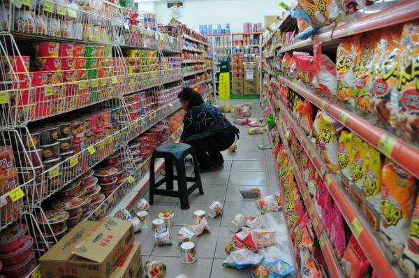 花蓮地區傍晚發生芮氏規模6.0地震,超商貨物掉滿地。(記者花孟璟攝)