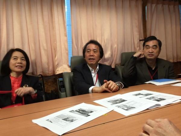 不少台北市政府官員在救災指揮車裡頭開會。(圖擷取自洪智坤臉書)