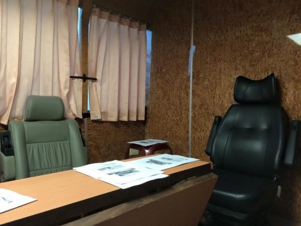 救災指揮車經過改裝變成「會議室」,裡面放了長桌、椅子。(圖擷取自洪智坤臉書)