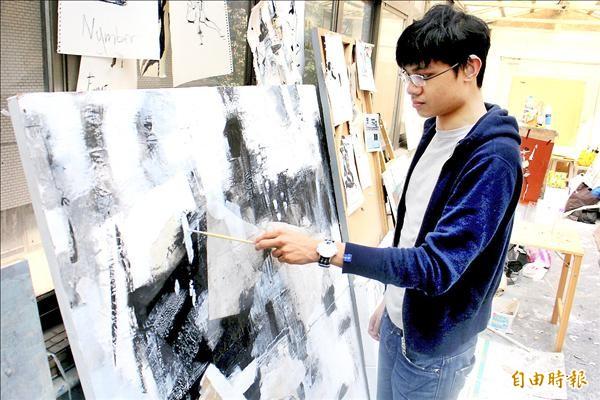 張鈞傑雖有聽力障礙,影響口語能力,卻能從繪畫作品傳達內心想法。(記者郭逸攝)