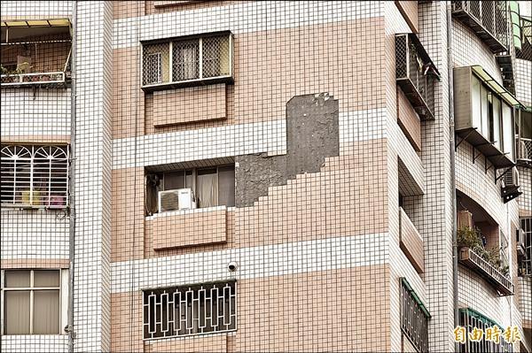 高雄市有302棟大樓外牆磁磚嚴重剝落危險,其中,三民區某社區大樓,四周圍竟有十多處磁磚剝落。(記者張忠義攝)