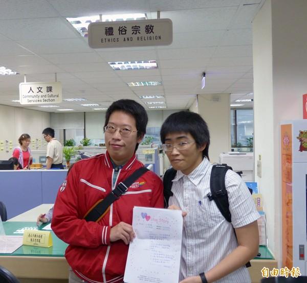 台灣伴侶權益推動聯盟昨日一早趕在北市聯合婚禮開放登記第一天至中正區公所登記參加聯合婚禮。(記者蕭婷方攝)