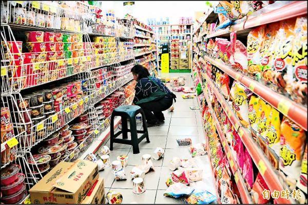 ▲花蓮地區昨日傍晚發生規模6地震,搖晃相當劇烈,超商貨物掉滿地。(記者花孟璟攝)