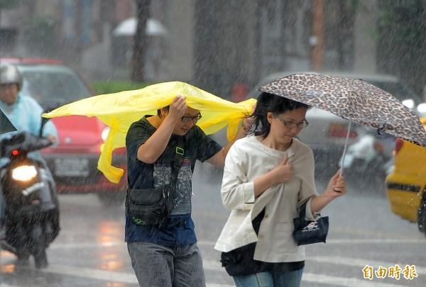 今天降雨稍緩,不過明天北部及東北部易有豪大雨,請民眾出門時記得自備雨具。(資料照,記者廖振輝攝)