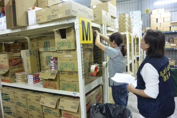 高市衛生局人員上週五到太冠公司倉庫稽查。(圖由衛生局提供)