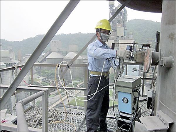 宜縣環保局人員在校正水泥廠煙道的不透光偵測儀器。(宜蘭縣環保局提供)