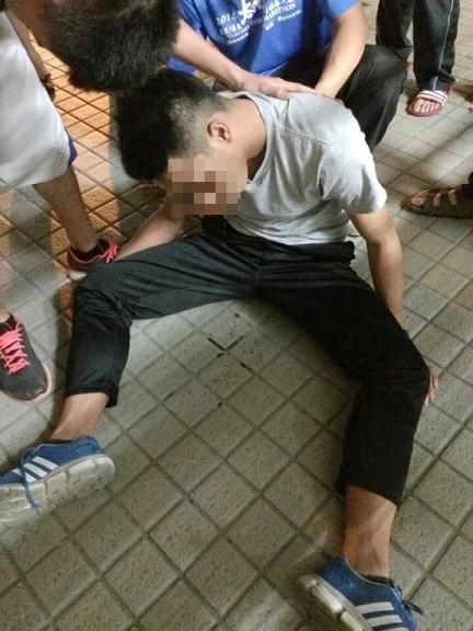 大一學生被灌酒後整個人醉到癱軟在地上,爬不起來。(翻攝畫面)☆飲酒過量  有害健康  禁止酒駕☆