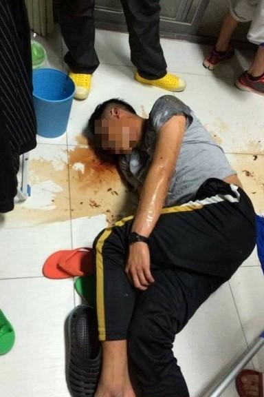 被灌酒的學生一回到宿舍後不斷嘔吐,趴在地上爛醉。(翻攝畫面)☆飲酒過量  有害健康  禁止酒駕☆