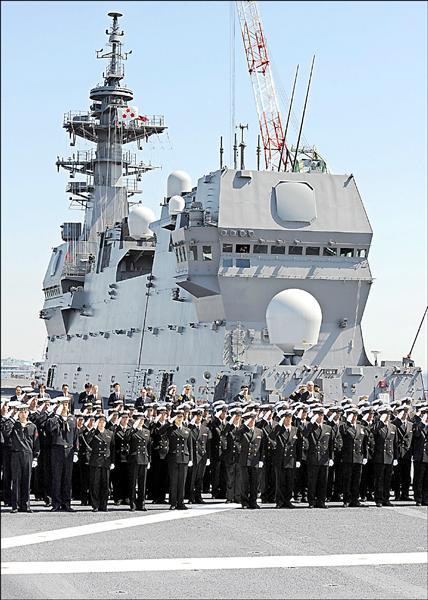 日本海上自衛隊最大直升機護衛艦「出雲號」,25日正式服役,將部署於神奈川縣橫須賀基地,經半年訓練後執行警戒監視任務。(法新社)