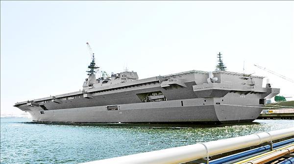 日本海上自衛隊最大直升機護衛艦「出雲號」,25日正式服役。出雲號全長248公尺,基本排水量1萬9500噸,可容納470名乘員,將部署於神奈川縣橫須賀基地,經半年訓練後執行警戒監視任務。(法新社)