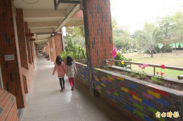雲林國小磁磚嚴重剝落,學生苦中作樂彩繪剝落圍牆警示。(記者林國賢攝)