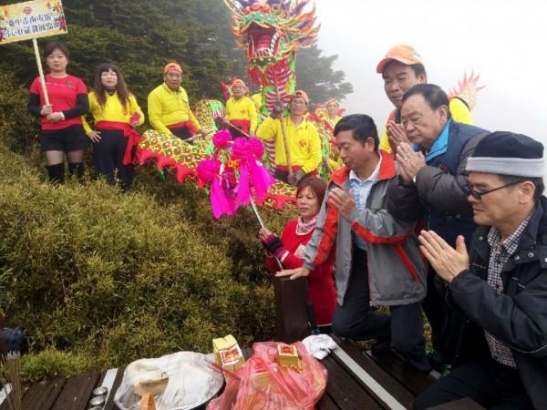 眾人登上合歡東峰後,立即展開祈雨儀式。(圖由台中市議員何文海提供)
