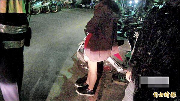 江姓男子(右)和太太(中),23日凌晨因女兒沒牛奶喝大哭,找上警察借錢買奶粉。(記者陳建志攝)