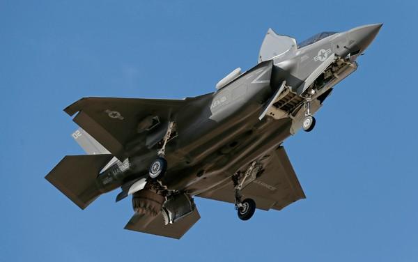 圖為進行垂直起降的F-35B多用途戰機。(美聯社資料照)