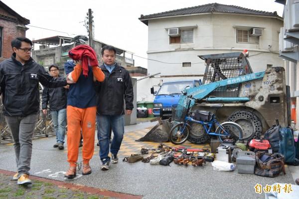 彰化警方查獲竊賊林忠勇(中),起出遭竊的推土機及大批工具。(記者湯世名攝)