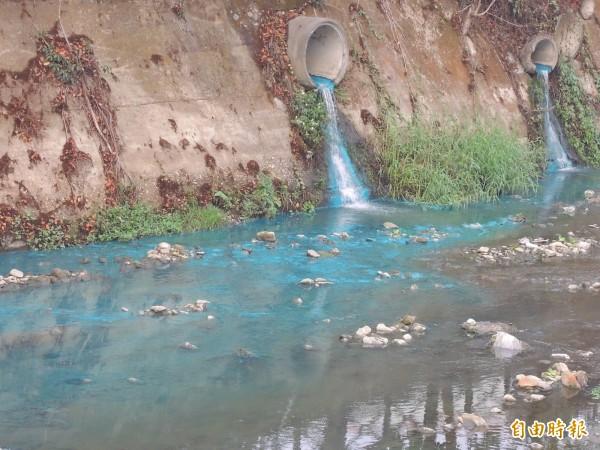 排入杷城排洪道的污水將溪水染成一片藍色。(記者佟振國攝)