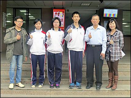 精誠中學學測滿級分學生楊采旻(左二)、伍子元(左三)、與彭毓仁(左四)都以當醫生為志願。(精誠中學提供)