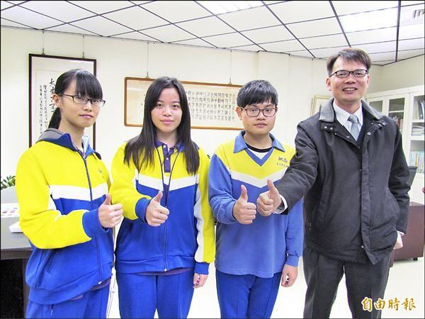 桃園高中學生黃靖雅(左起)、凌紫瑄、王泓凱表現亮眼,與校長合照。(記者林近攝)
