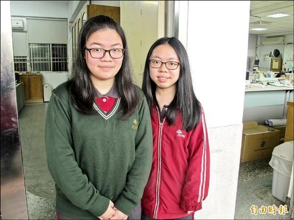 大學個人申請入學第一階段篩選昨天公布通過名單,女中朱書慧(右)與王芳玲(左)兩人皆申請6校系獲通過。(記者俞肇福攝)