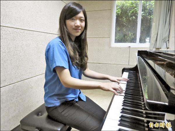 基隆高中音樂班蔣孟婷從新竹跨區到基中就讀,主修鋼琴的她這次通過6校系,成績亮眼。(記者俞肇福攝)