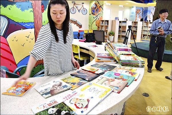 草屯鎮立圖書館的兒童繪本很受歡迎,下月起新書將限每人1次借閱5本。(記者陳鳳麗攝)