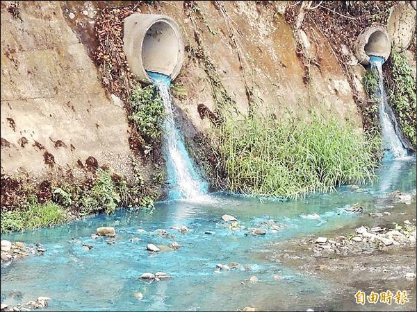 埔里鎮南安路杷城排洪道管線流出大量藍色污水、污泥,溪水染成一片藍色。(記者佟振國攝)