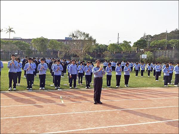 造橋國中這學期起,升旗改「吹國歌」,由校長林育伸帶著全體學生合奏直笛。(造橋國中提供)