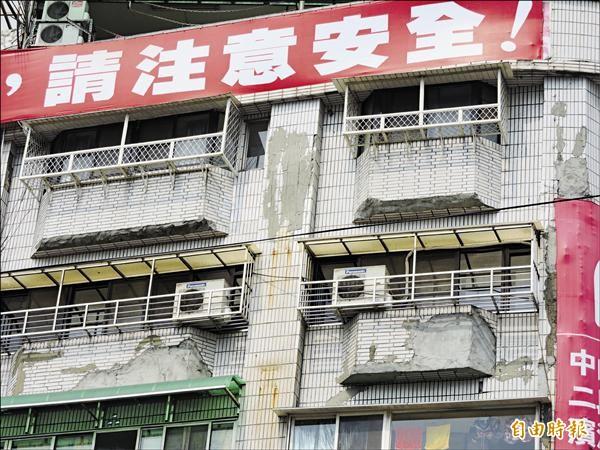 東來大廈外牆磁磚嚴重剝落,曾發生砸中人車的意外。(記者賴筱桐攝)