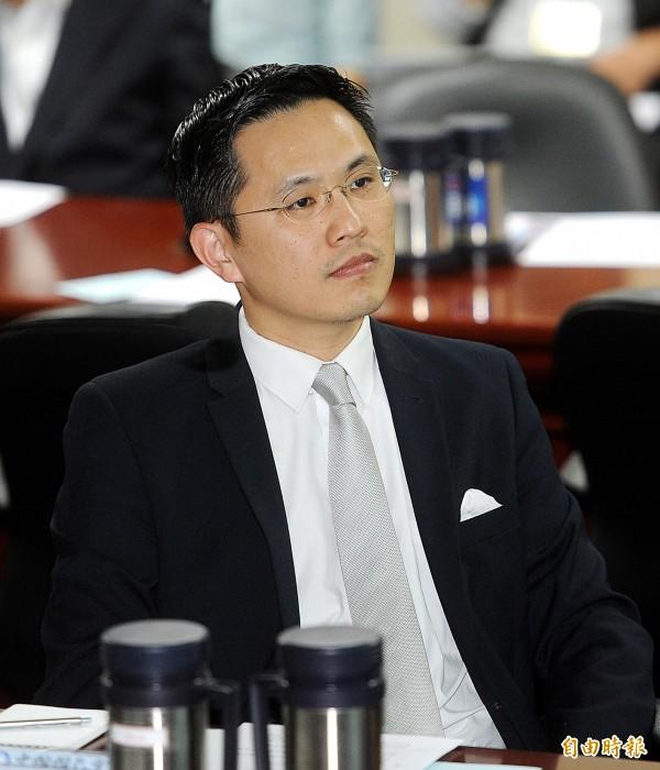 總統府發言人陳以信今天清晨嚴正聲明「譴責暴力」(資料照,記者方賓照攝)