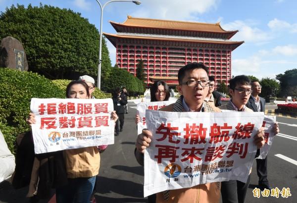 台聯青年軍主任張兆林(前)表示,他們不會放過即將在金門舉行的「夏張會」,「搭船、搭飛機都會去抗議。」(資料照,記者劉信德攝)