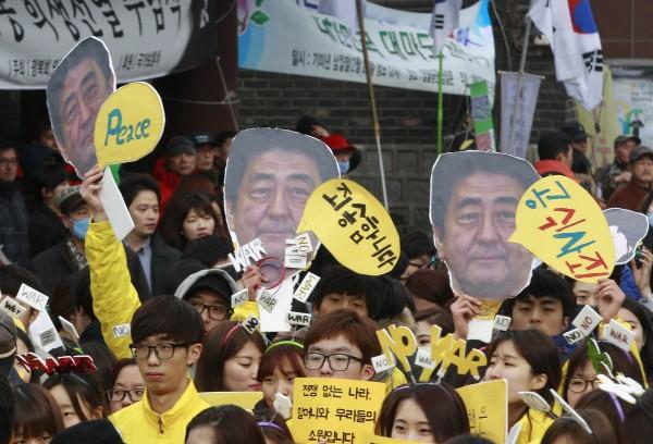 日本與南韓因二戰等問題,兩國關係相當微妙,最新調查指出,南韓有近7成民眾對日不抱好感。(美聯社資料照)