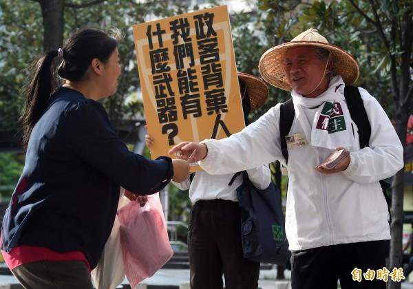 前民進黨主席林義雄(右)今天出席「410還權於民」活動,在台北東區街頭宣傳補正公投法與修改選罷法等訴求。(資料照,記者簡榮豐攝)