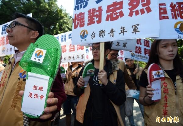 總統馬英九29日出席中樞春祭,台聯青年軍率民眾到忠烈祠,抗議馬英九接受中國M503侵台航線喪權辱國。(記者簡榮豐攝)