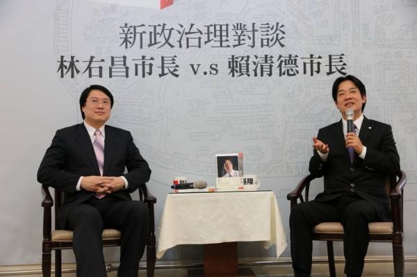 賴清德(右)今晚在臉書發文,述說最後一場簽書會在基隆舉行的感想。並提到基隆市長林右昌(左)向他表達目前遇到的市政問題,可由台南的施政經驗獲得啟發,進一步解決。(圖擷取自賴清德臉書)