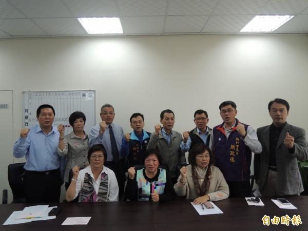 新竹市議會國民黨團11名市議員抨擊民進黨市長林智堅上任100天是無感施政,呼籲林智堅傾聽民意、尊重議會。(記者洪美秀攝)