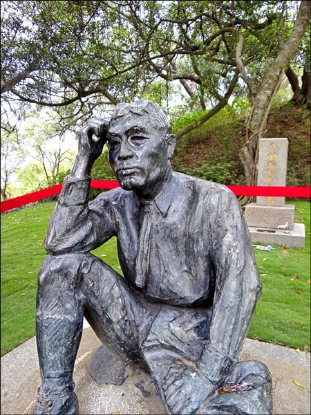 台南、高雄的水情持續吃緊,有民眾發現,座落在烏山頭水庫內的「烏山頭水庫之父」八田與一銅像出現流淚模樣。(民眾許先生提供)