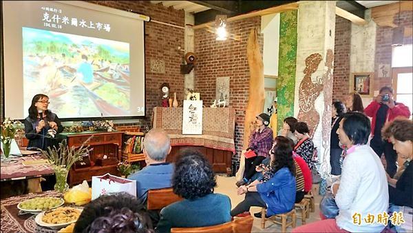 林書筠(左1)分享她用繪畫療傷及圓夢的心路歷程,與會人士聽得津津有味。(記者余雪蘭攝)