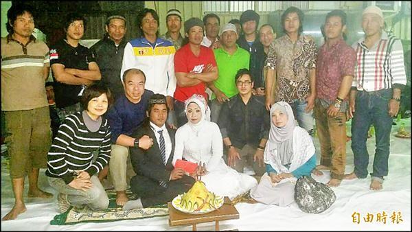 定置漁場老闆鄭明發(前排左二)為印尼漁工安迪(前排左三)舉辦傳統婚禮。(記者蔡彰盛攝)