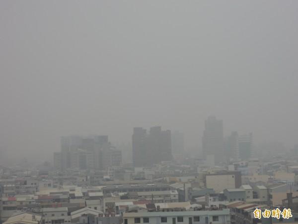 台南市前陣子未下雨前,空氣品質差,天空總是灰濛濛一片。(記者蔡文居攝)