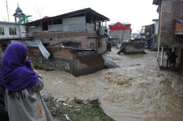 印度北部克什米爾地區傳嚴重洪水災情,連帶的山崩造成6人死亡。(法新社)