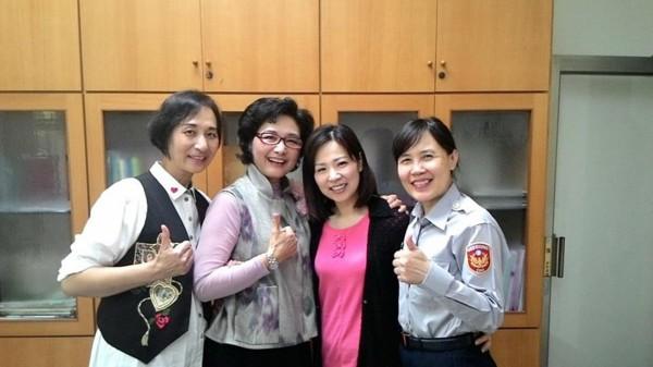 婦幼隊長陳玲君(右一)與參加命名及得獎的網友、粉絲按讚合照。(記者黃良傑翻攝)