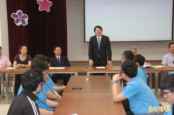基隆市長林右昌回母校基隆高中勉勵經由繁星錄取的學子。(記者林欣漢攝)