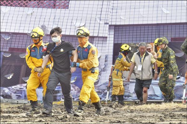 台中市昨於龍井區台中發電廠進行災害防救實兵演練,驗收救災人員的訓練成果。(記者廖耀東攝)