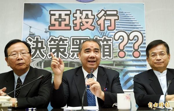 國民黨立院黨團舉行記者會,說明加入亞投行的相關爭議。(記者方賓照攝)