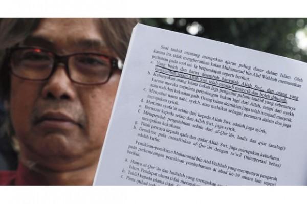 印尼一本由教育部批准的教科書中,裡面竟然出現「不信阿拉就該死」的極端內容。(圖擷取自SINDOnews)