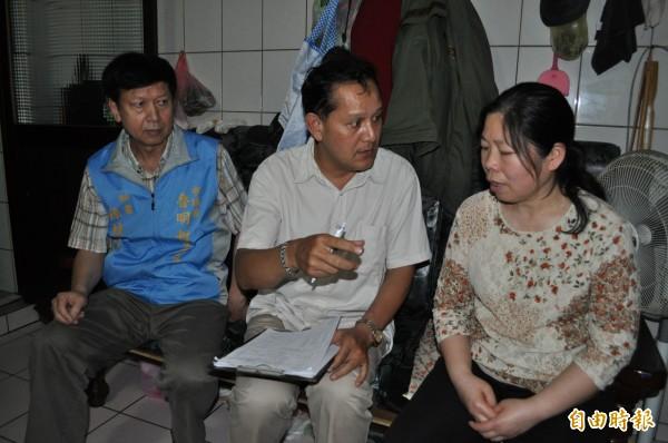 李榮華(右一)非常憂心哥哥李衛禮的醫藥費沒有著落。(記者周敏鴻攝)