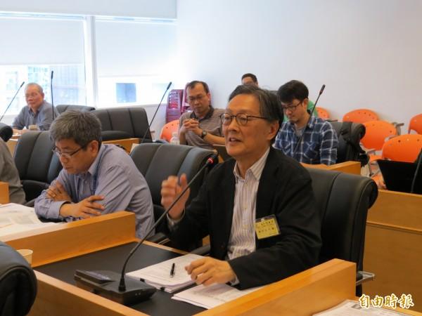 台中市議會台灣塔調查小組今天開會,建築師費宗澄(前排右)出面說明。(記者張菁雅攝)