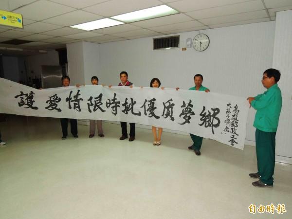中華郵政總公司擬裁併限時投遞人力,投遞士拉白布條抗議「限時批(信)」不受資方重視。(記者黃旭磊攝)